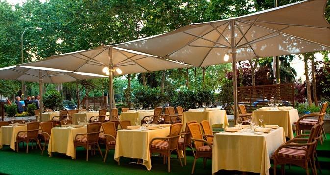 Terraza sin cerramientos. Restaurante Pedralbes