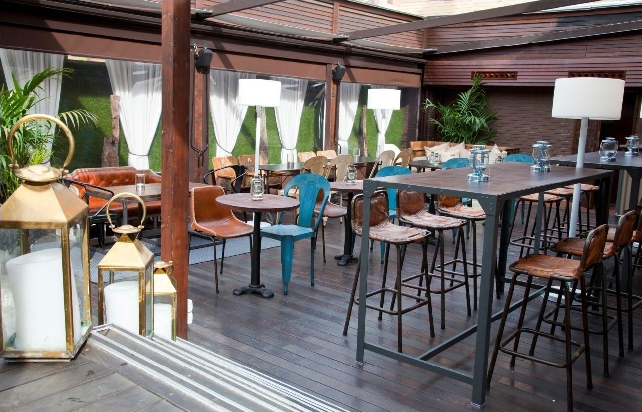 Terraza ocupando espacio privado. Restaurante La Misión.